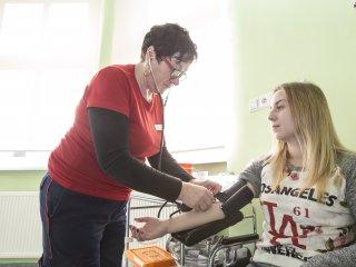 Pielęgniarka pobiera krew od pacjentki